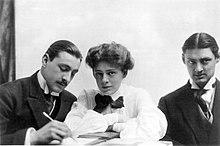 Mislukking lengte beelden van de drie Barrymores elkaar zitten aan een tafel.  Barrymore heeft een snor, zoals hij doet in de meeste foto's.