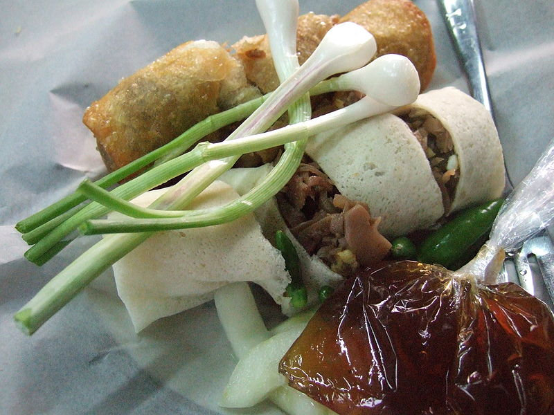 Berkas:Loenpia Semarang with sauce.JPG