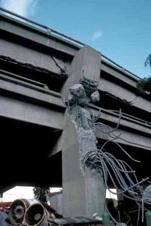 Cypress Street Viaduct - Image: Loma Prieta Cypress Structure failed column