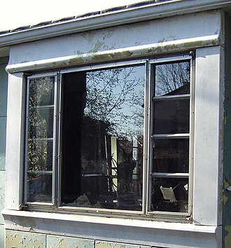 Lustron house - A Lustron tripartite window.