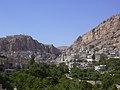 Maalula, Blick auf den Ort mit dem Kloster der Hl. Thekla (Deir Mar Takla) (24834198928).jpg