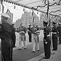 Maandagochtend (volgnummer 12-39). De koninklijke stoet onder de pergola, op weg, Bestanddeelnr 255-7062.jpg