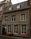 foto van Huis met gepleisterde lijstgevel, met horizontale reliefbanden op de bovendorpels.