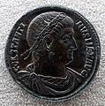 Medaglione di costantino I con costantino II che porge globo al padre, in basso pantera 2.JPG