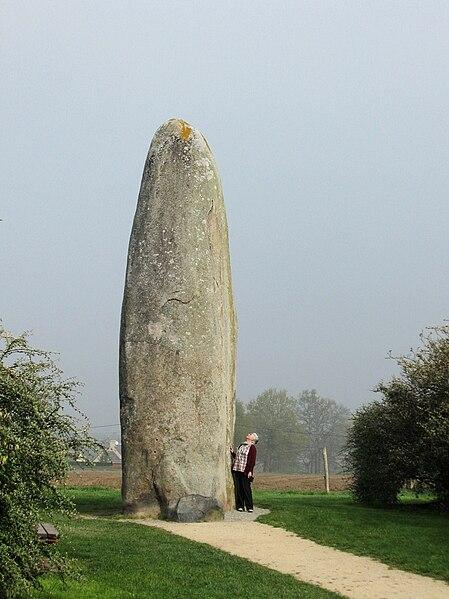 Archivo:Menhir Dol-de Bretagne.jpg