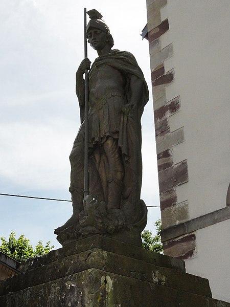 Mignéville (M-et-M) statue A devant église