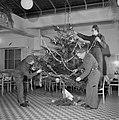 Militairen tuigen een kerstboom op, Bestanddeelnr 255-9413.jpg