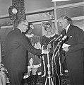 Minister Bot , de Keukenhof te Lisse geopend, minister Bot drinkt glaasje met Ja, Bestanddeelnr 917-5918.jpg