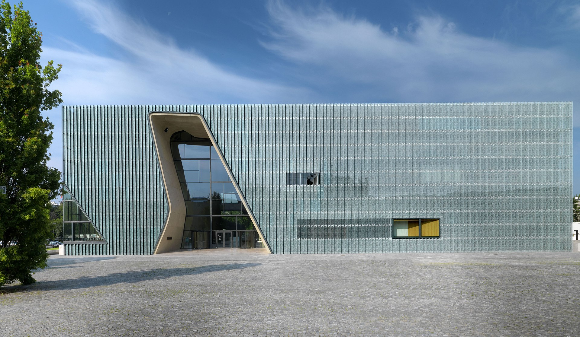 Budova muzea jak je jí možno vidět z ulice Ludwika Zamenhofa ve Varšavě. Vchod je ve tvaru hebrejského písmena tav, které samo o sobě znamená kříž