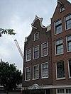 foto van Huis, vanwege de zandstenen onderdelen van de klokvormige top en de gesneden puilijst