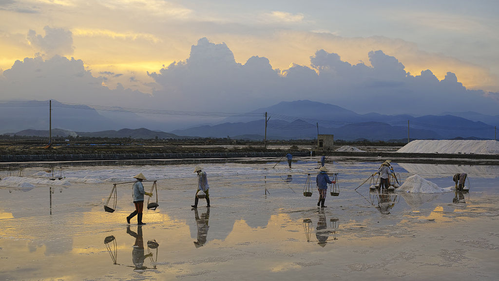 Ninh Hòa salt production - alt.JPG