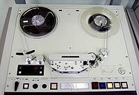 сущ. радио. катушечный магнитофон.  Magnetophone.  Magnétophone Magnétophone classique à bande en bobine Un...