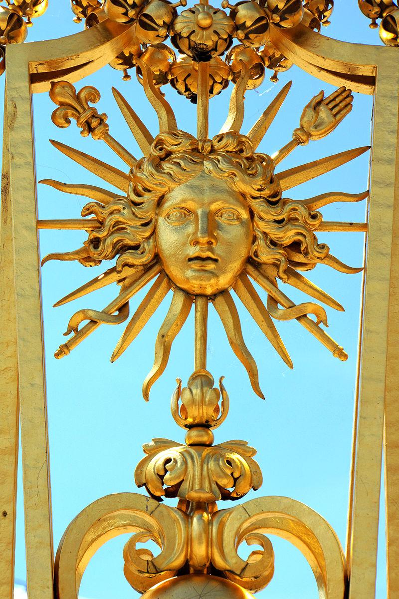 Embelm des Sonnenkönigs am Gitter von Versailles