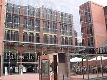 fachada principal cubierta con la pantalla de vidrio de scar tusquets