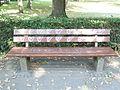 Parkbank mit farbigen Herzen.jpg