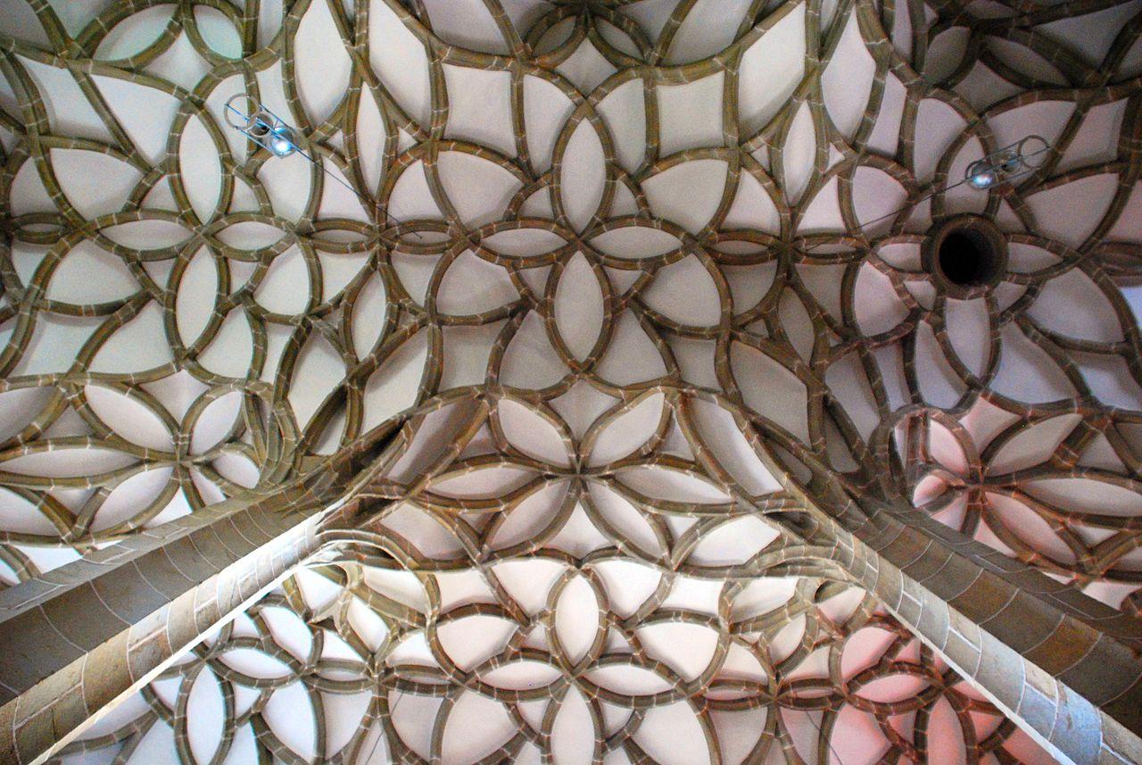 1280px-Pfarrkirche_Koenigswiesen_Schlingrippengewoelbe_3.jpg
