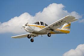 Un Piper PA-38-112 Tomahawk con marche francesi in volo