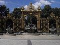 Place Stanislas - grille et fontaine (Nancy) (1).jpg