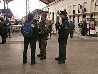 Policista a voják hlídkující na Masarykově nádraží v Praze.JPG