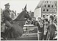 Politie te paard en demonstranten tijdens de demonstratie tegen fascisme. NL-HlmNHA 54020690.JPG