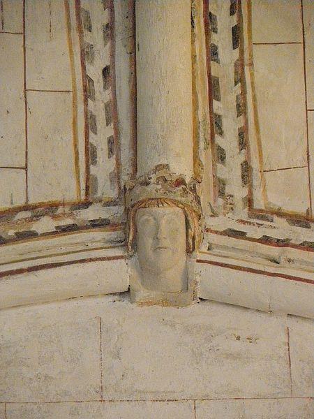 Église Saint-Denis de Pontigné (49). Intérieur. Voûtes du chœur. Clef secondaire. Tête de roi.