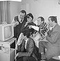 Portable televisie voor Johnny Kraaijkamp. John Pimms, Rim en Johnny Kraaijkamp,, Bestanddeelnr 913-1277.jpg