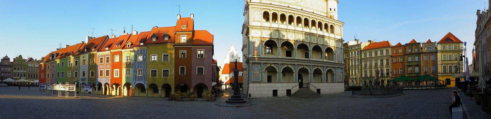 Widok na fasadę ratusza oraz domki budnicze