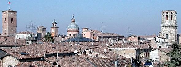 Vue sur les toits, les tours du Bordello et du Palazzo del Monte, la coupole du duomo et la tour de San Prospero à Reggio d'Émilie dans la région d'Émilie-Romagne