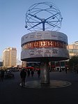 Reloj Mundial en Alexanderplatz 01.jpg
