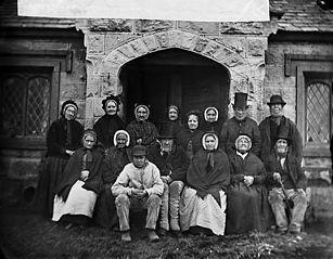 Residents of Llan-rhudd almshouses, Rhuthun