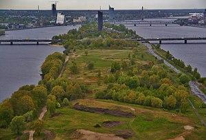 Island Bridge, Riga - Image: Riga Fernsehturm Blick von der Aussichtsplattform auf die Daugavainsel 2