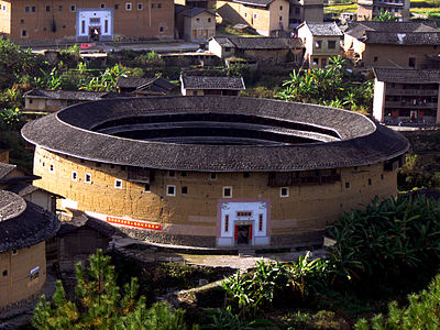 https://upload.wikimedia.org/wikipedia/commons/thumb/2/26/Roud_tulou.JPG/400px-Roud_tulou.JPG