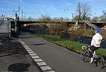 Schnewlinbrücke über die Dreisam und B 31a in Freiburg mit Fahrradrampe und Radweg 2.jpg