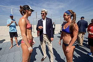 Beach volleyball at the 2016 Summer Olympics – Women's tournament - US politician John Kerry speaking with Lauren Fendrick and Brooke Sweat at Copacabana.