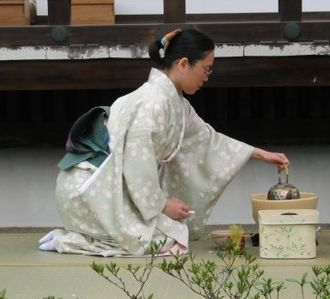 Seiza - A woman in seiza performing a Japanese tea ceremony