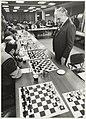 Simultaan schaken in het Gemeentehuis. NL-HlmNHA 54023384.JPG