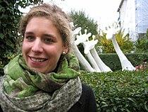 Sina Heffner vor ihrem Werk WASSERLÄUFER auf der Eröffnung der Ausstellung WINTERGÄRTEN V - H2O, Güntherstraße Hannover.jpg
