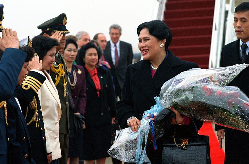 File:Sirikit Kitiyakara, the queen of Thailand, smiles as she meets officials gathered to greet her upon her arrival on base.jpg