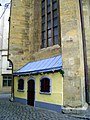 Small house in the backwall of a church - panoramio.jpg