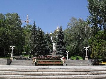 Мемориальный одиночный комплекс с крестом Георгиевск Эконом памятник с резным крестиком в углу Тимашевск