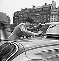 Student als taxichauffeur poetst de voorruit, Bestanddeelnr 254-2093.jpg