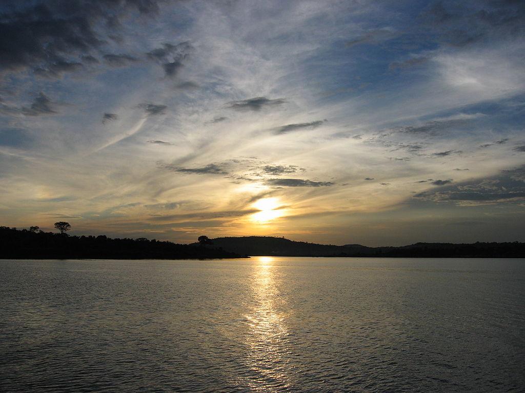 Puesta de sol en el lago Victoria (entre Uganda, Tanzania y Kenia), el segundo lago de agua dulce más grande de la Tierra, después del lago Superior, de Norteamérica. Es una de las principales fuentes del río Nilo.