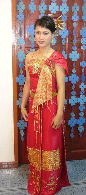 Traditional Thai clothing - A woman wearing a Thai-style dress consisting of a pha nung
