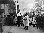 Vapaaehtoisen palokunnan lähetystö valtionhoitaja G. C. E. Mannerheimin luona valtionhoitajan virka-asunnon, Etelä Esplanaadikatu 6, edustalla. - N2102 (hkm.HKMS000005-0000027n).jpg