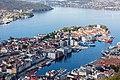 Vista de Bergen desde la montaña Fløyen, Noruega, 2019-09-08, DD 34.jpg