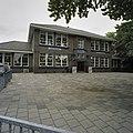 Voorgevel school met aan weerszijden een aangebouwd lokaal - Waddinxveen - 20366694 - RCE.jpg
