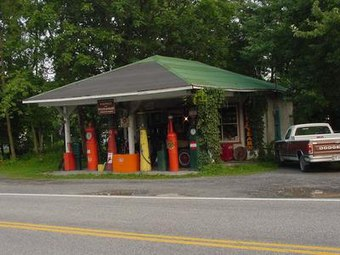 Weavers Garage Burlington WV 2004.JPG
