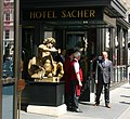 Wien-Hotel Sacher-02-Pforte-2009-gje.jpg