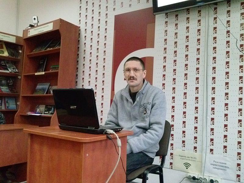 Ведучий забави, адміністратор Вікіпедії Helgi. Автор фото — Юрій Булка, суспільне надбання