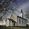 Wit gepleisterde kerk met geveltoren en noordgevel met ingangsportaal - Holysloot - 20409505 - RCE.jpg